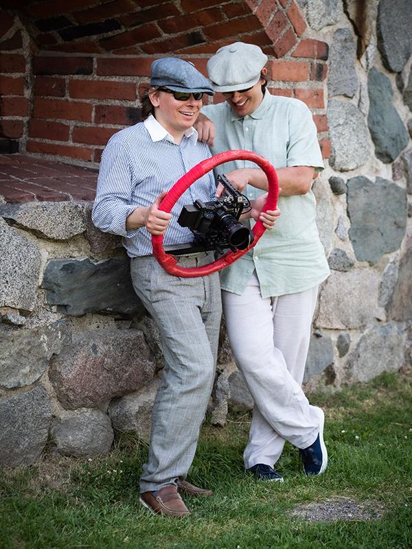 Veljekset Jouni ja Jukka-Pekka Uotinen esittelevät elokuvaamista helpottavaa Kino Rigiä, johon kamera tykötarpeineen voidaan kiinnittää.