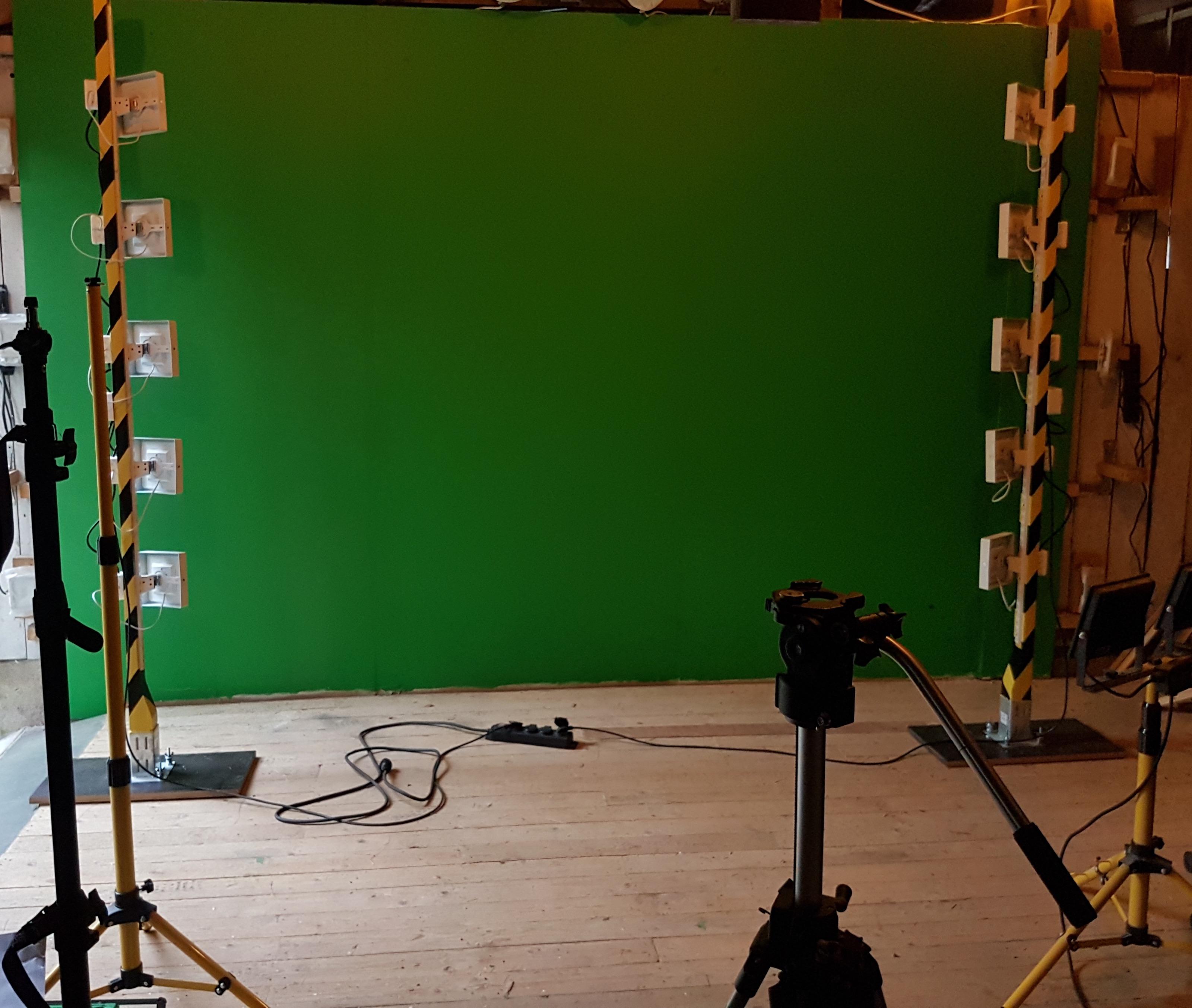 Vihreä tausta mahdollistaa sen korvaamisen toisella kuvalla editointiaiheessa. Petri Mäntylän viherstudion valopylväät on rakennettu 10 led-valosta.