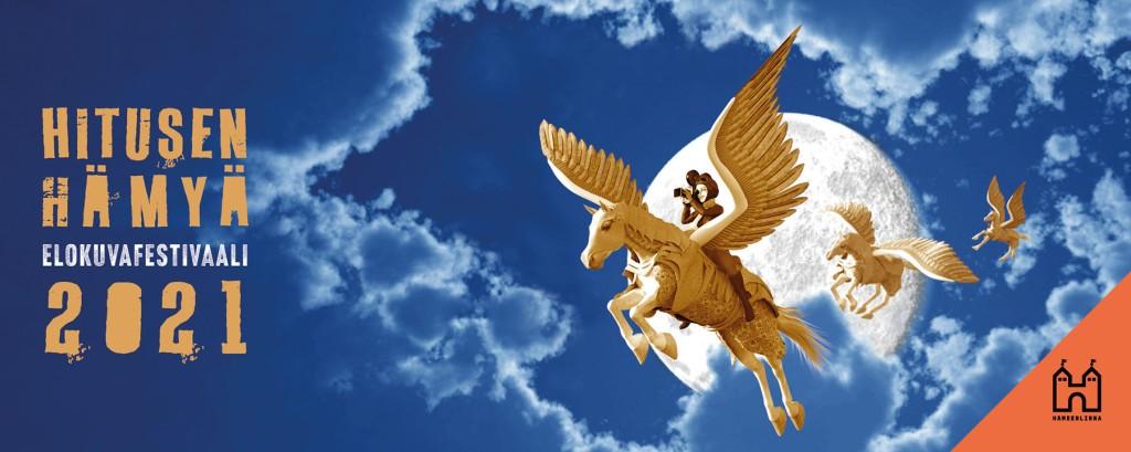 Timo Miettisen festivaalijuliste vuodelta 2021. Julisteessa tummansinistä pilvistä taivasta vasten lentää mielikuvituksellisia vaalenaruskehtavan metallinhohtoisia hevosia. Etummaisen hevosen selässä on kaukoputkella tähyilevä naispuolinen ratsastaja/lentäjä pilottiuniformussaan. Hevosten  takana näkyy valkoinen planeetta. Vasemmassa reunassa on hevostenvärinen teksti Hitusen hämyä elokuvafestivaali 2021.