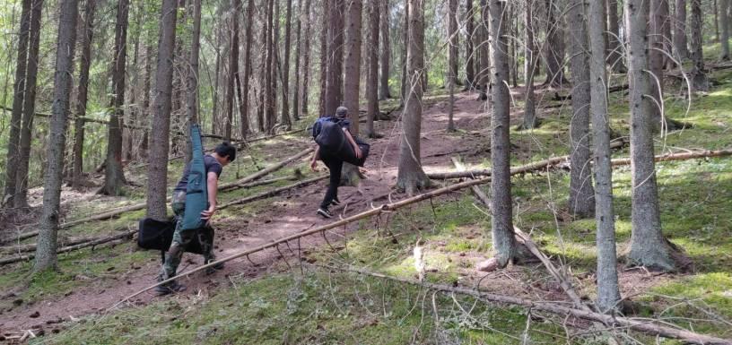 Rec-viikon jatkajien ryhmä kipuaa kantamuksineen kohti kuvauspaikkaa Ahveniston metsäpolulla
