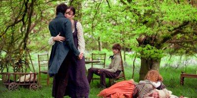 Fanny Brawne ja John Keats tanssivat pihapuiden katveessa.